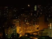 photo villes nuit photos photo de nuit villes : La lune dans la ville