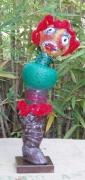 sculpture personnages rouge argile laines feutrees botte : Sur un pied