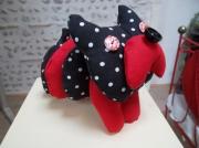 deco design animaux chien de decoration bouledogue de decora animaux de decoratio chien tissu : Chien de décoration en tissu rouge et noir.