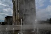 photo architecture tour fontaine noir et blanc : Fontaine