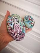 deco design animaux galets peints duo de galets artisanat d art oiseau et fleurs : Paon imaginaire et son jardin