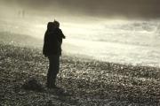 photo personnages mer normandie vagues embruns : Homme et enfant dans les embruns