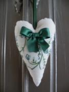artisanat dart autres ornement decoration fait main vert ecru : coeur decoratif pour poignée de porte écru et vert