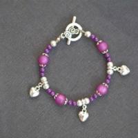 Bracelets perles violettes et breloques coeurs 3 D