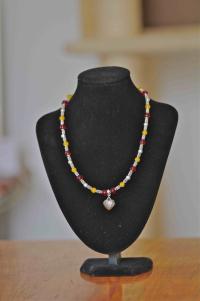 Coliier jade teinté et perles verre
