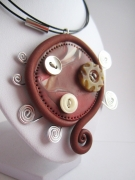 bijoux : Collier pendentif en pâte polymère, 3 boutons et spirale en fil