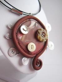 Collier pendentif en pâte polymère, 3 boutons et spirale en fil