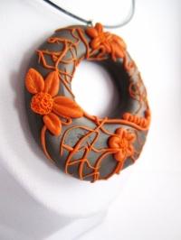 Collier pendentif en pâte polymère décoration relief petites fle