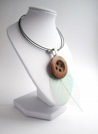 Collier atypique naturel, bouton en bois et plume fine sur tour