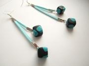 bijoux : Boucles d'oreille suédine bleu ciel et dés bleu / noir