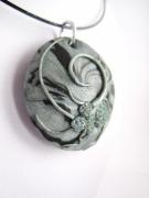bijoux : Collier pendentif en pâte polymère décoration relief gris/noir