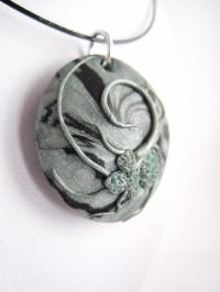 Collier pendentif en pâte polymère décoration relief gris/noir