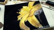 tableau nature morte lys jaune fleur noir : Lys jaune