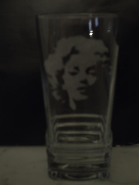 CéRAMIQUE, VERRE Marilyn bichromie Pin-up Sex-symbole Personnages  - Marilyn 2 verre gravé