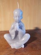 deco design personnages bougies decoration zen gris : L'enfant bouddhiste en prière