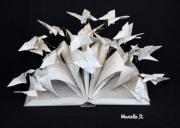 sculpture fleurs papillon nature poesie livre : Papillons s'échappant d'un livre de poésie