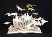 sculpture paysages libellule papillon livre poesie : Une libellule goutant un livre de poésie...