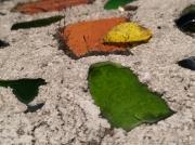 photo architecture verre mur vert ciment : éclats de verre sur mur