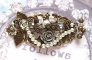 bijoux autres estampe retro bronze perles : estampe laiton perles blanches fleur grise