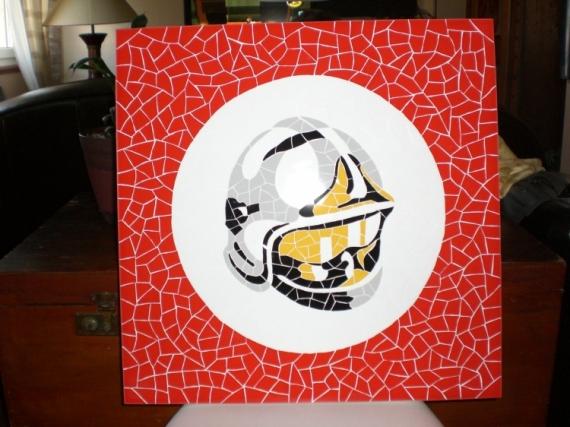 ARTISANAT D'ART casque pompier table mosaïque  - Table basse plateau casque de pompier en mosaique faience